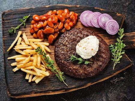 Сръбска телешка плескавица с бекон и кашкавал на скара - снимка на рецептата